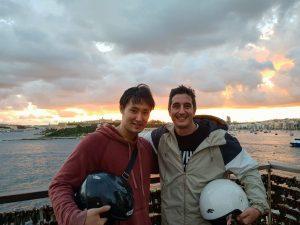 Anton Corpas con su compañero de alojamiento
